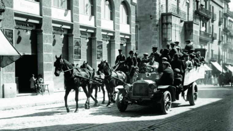 Colla Sant Medir davant Cine Smart a Gran de Gracia 1915