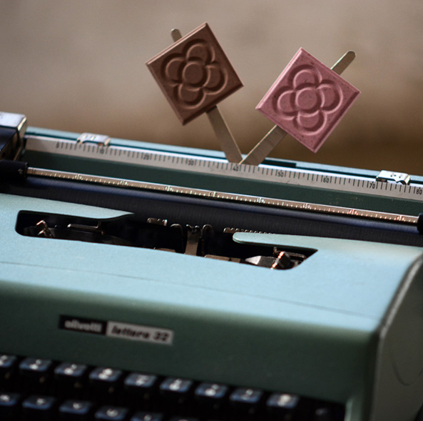 This image has an empty alt attribute; its file name is panot-magnets-on-typewriter.jpg