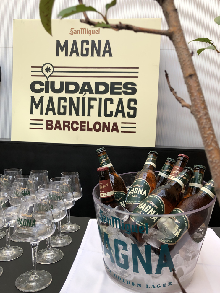 Ciudades Magníficas Barcelona poster with a glass bucket of beer bottles and glasses lined up